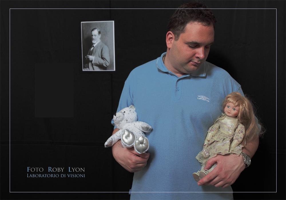 Ragazzo con bambole e fotografia di Freud