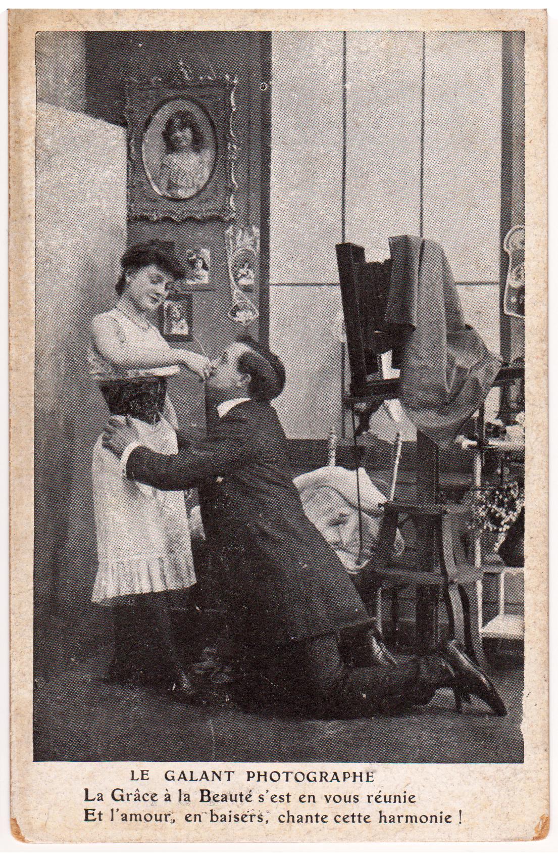 Cartolina folklore erotico sul tema del Fotografo galante
