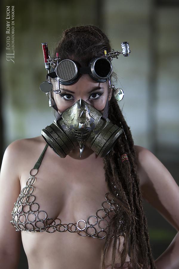 ragazza con maschera steampunk