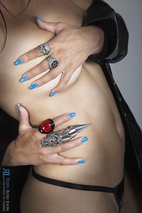 Mani femminili con anelli dark