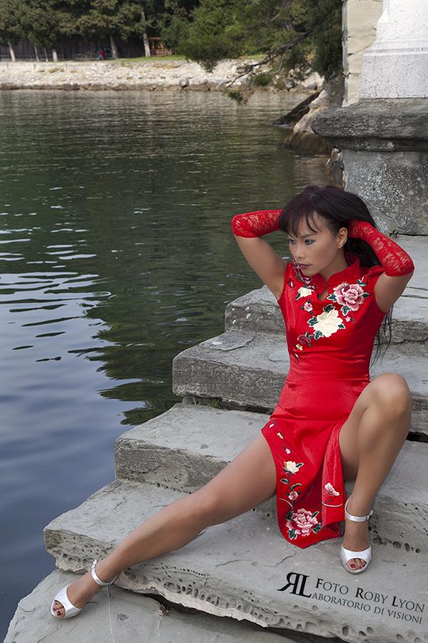 donna taiwanese, con kimono rosso