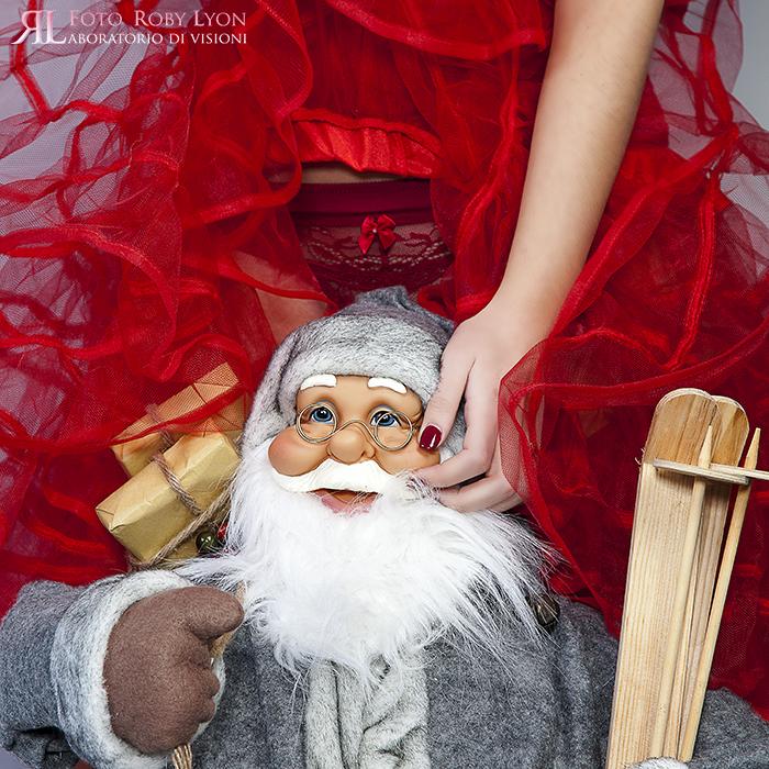Babbo Natale con ragazza con intimo rosso