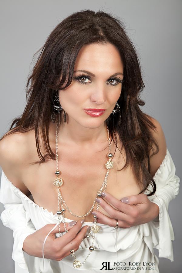 donna sexy con camicia bianca